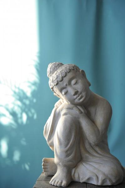 Träumender Buddha aus Ton, weiß, H 22 cm