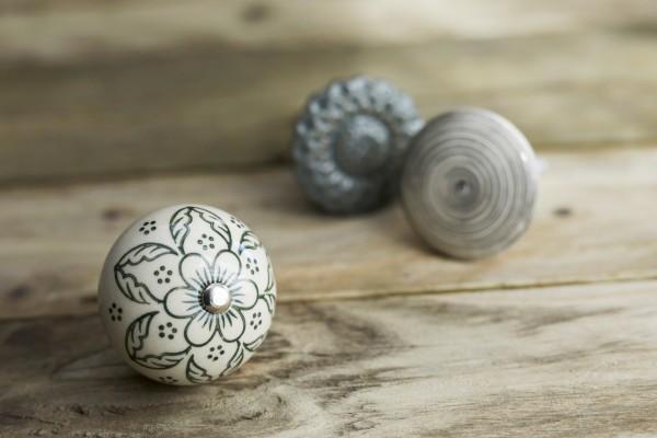 Keramik-Knauf 'Blume', weiß, oliv, T 4 cm, B 4 cm, H 3,5 cm