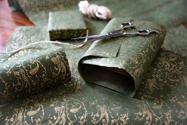 Geschenkpapier 'Goldranke', grün, L 76 cm, B 51 cm