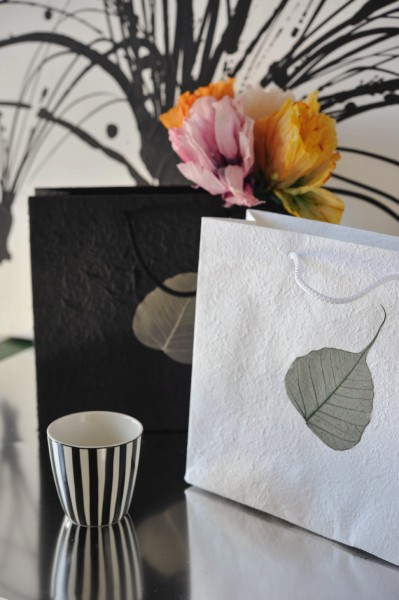 Tasche 'Bodhi-Blatt', schwarz mit natürlichem Blatt, T 10 cm, B 30 cm, H 25 cm