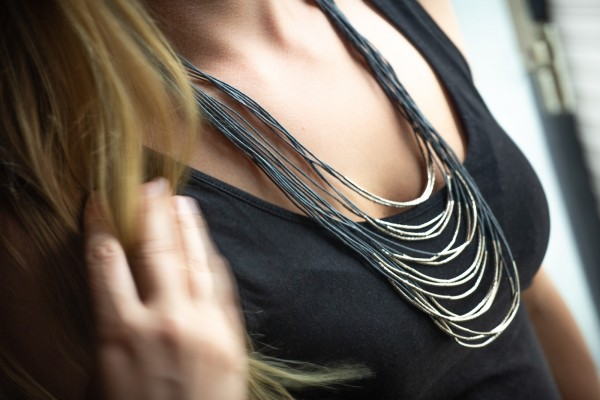 Halskette, grau, T 9 cm, B 4 cm, H 20 cm