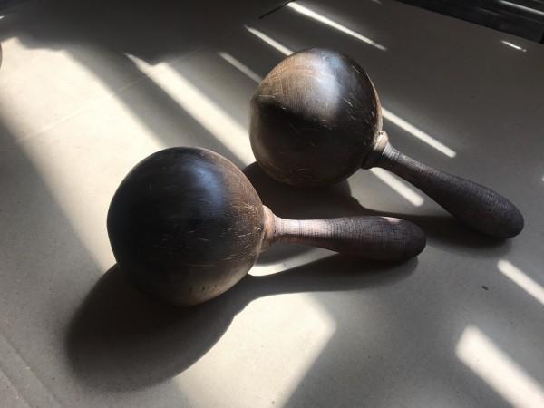 Maraca aus Kokosholz, dunkelbraun, L 24 cm, Ø 11 cm