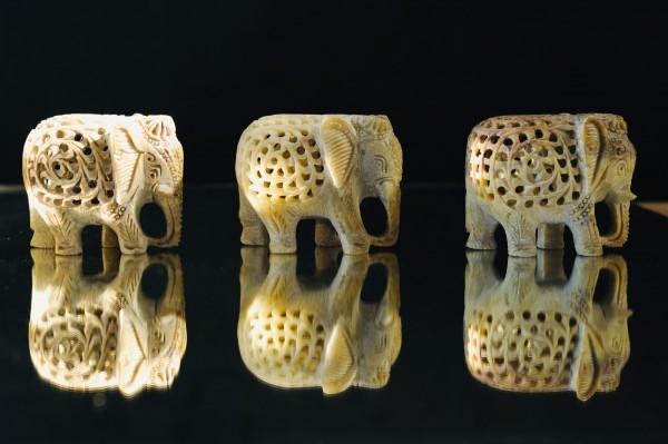 Elefant im Elefant, aus Speckstein, L 4 cm, B 9 cm, H 7 cm