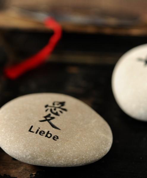 Flusskieselstein 'Liebe', weiß, T 7 cm, B 8 cm