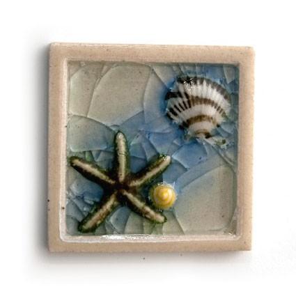 """Relieffliese """"Muschel"""" mit handmodellierten Applikationen, blau/weiß, L 10 cm, B 10 cm"""