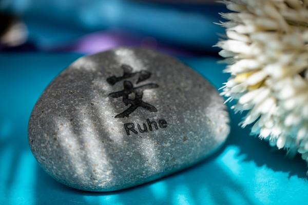 Flusskieselstein 'Ruhe', grau, T 7 cm, B 8 cm