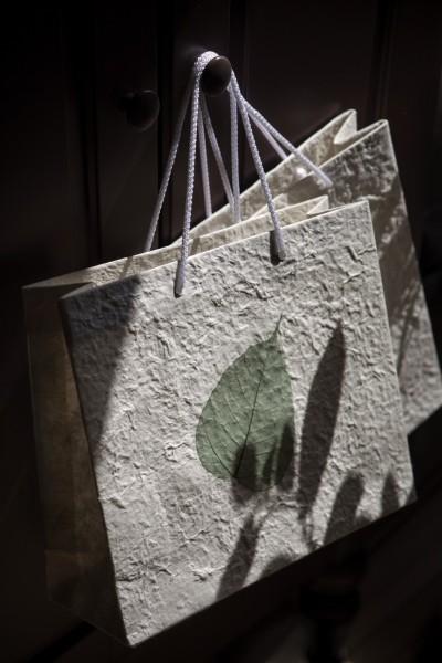 Tasche 'Bodhi-Blatt', weiß mit grünem Blatt, T 10 cm, B 30 cm, H 25 cm