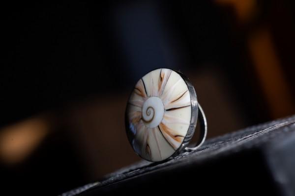 Ring Muschelspirale, hell, T 3 cm, B 3 cm, H cm