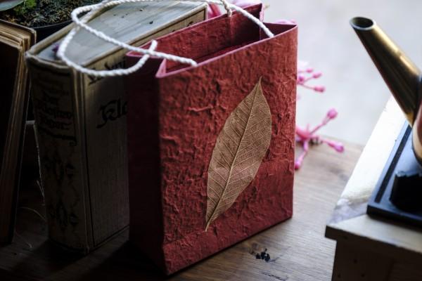 Tasche aus handgeschöpftem Papier, rot, L 11,5 cm, B 5 cm, H 16 cm