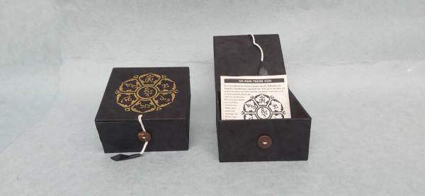 Loka Box 'Om Mani', schwarz, gold, T 11 cm, B 11 cm, H 5,5 cm