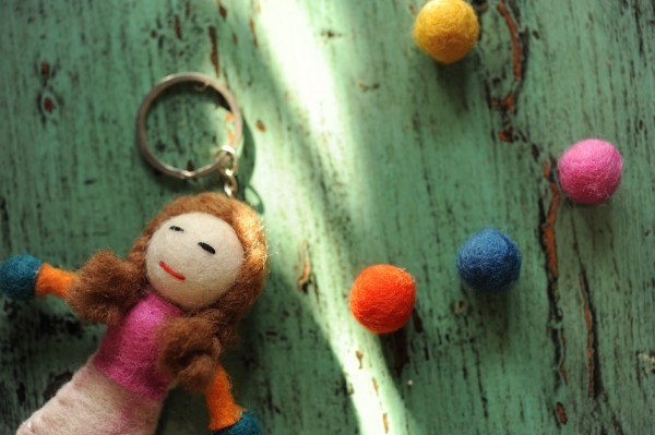 """Handgefilzter Schlüsselanhänger """"Puppe Bela"""" aus Nepal, aus 100% Schafswolle"""