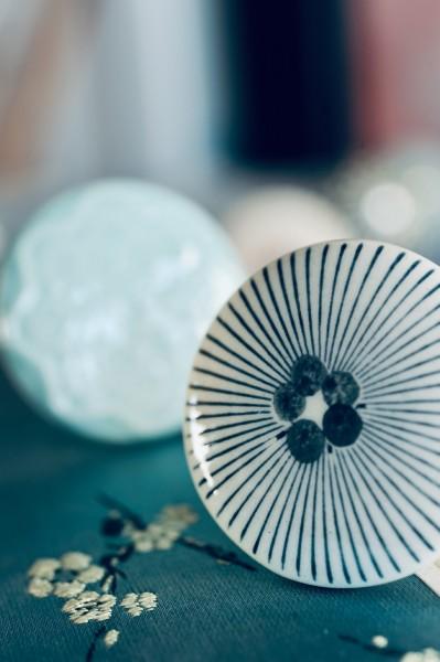 Knopf 'Punkte' mit Strahlen, weiß, blau, schwarz, T 4 cm, B 4 cm, H 2,5 cm