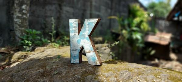 Holzbuchstabe 'K', mehrfarbig, T 2,5 cm, B 13 cm, H 19 cm