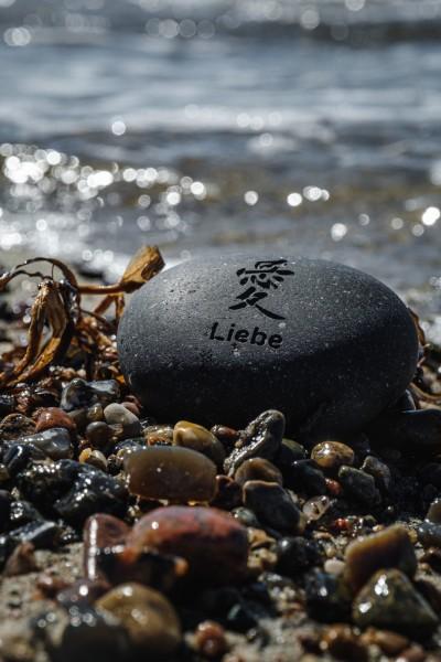 Flusskieselstein 'Liebe', grau, T 7 cm, B 8 cm