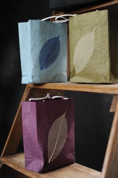 Tasche aus handgeschöpftem Papier, violett, B 11 cm, H 16 cm
