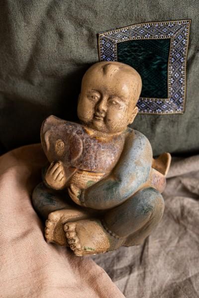 Keramikstatue 'Junge mit Fisch', grün, T 18 cm, B 13 cm, H 14 cm
