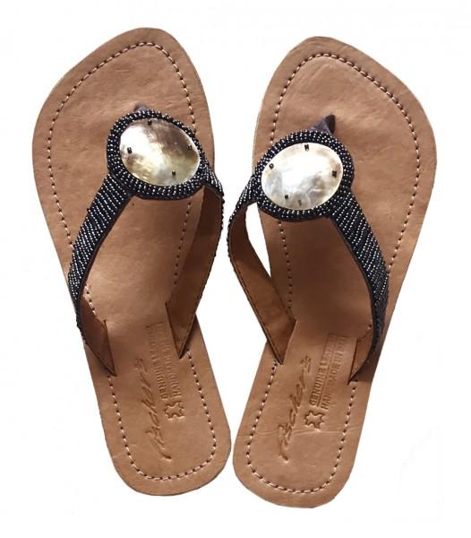 Sandalen mit Perlen und Muscheln, grau, Gr. 42