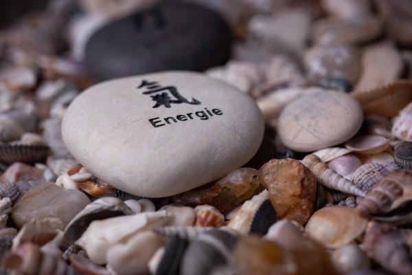 Flusskieselstein 'Energie' weiß