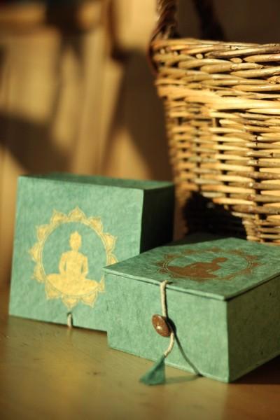 Lokta Box Buddha, blaugrün, gold, T 11 cm, B 11 cm, H 5,5 cm