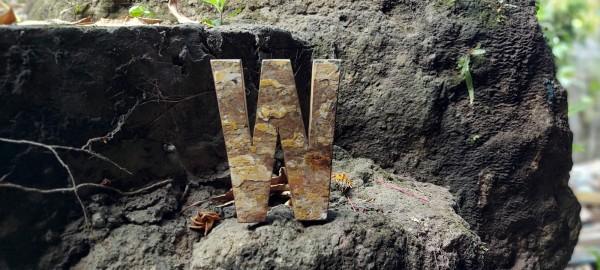 Holzbuchstabe 'W', mehrfarbig, T 2,5 cm, B 13 cm, H 19 cm