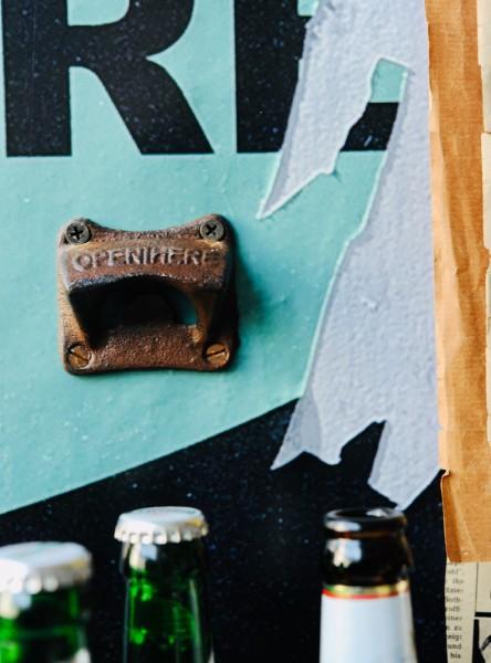 Flaschenöffner 'Open here', antik-braun, T 4 cm, B 6,5 cm, H 6 cm