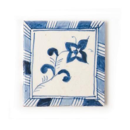 handglasierte Kachel 'fleur bleue', blau/weiß, L 10 cm, B 10 cm, H 1cm