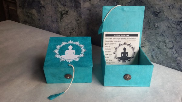 Lokta Box Buddha, aqua, weiß, T 11 cm, B 11 cm, H 5,5 cm
