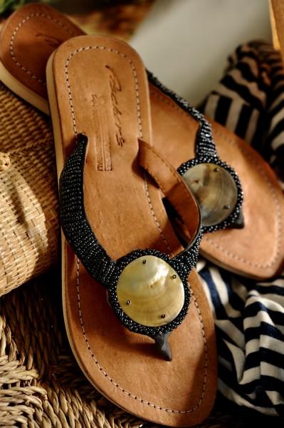 Sandalen mit Perlen und Muscheln, grau, Gr. 37