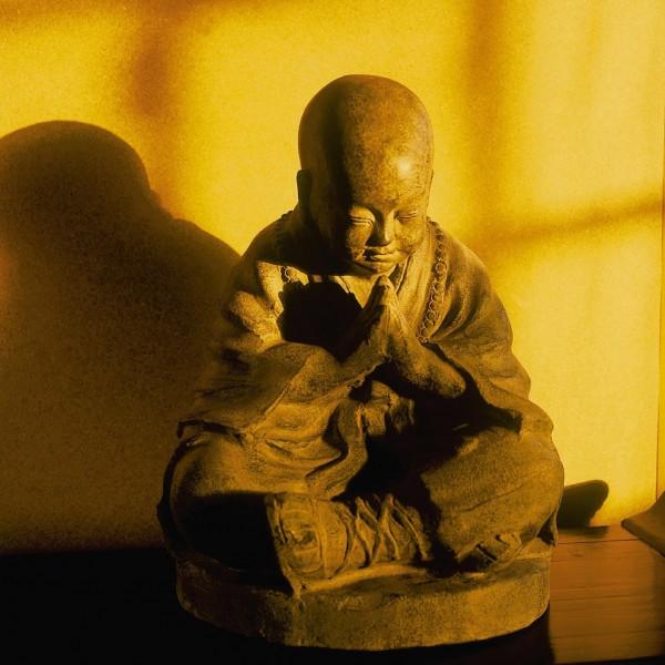 junger Shaolin-Mönch aus Ton, grau, L 32 cm, B 32 cm, H 44 cm