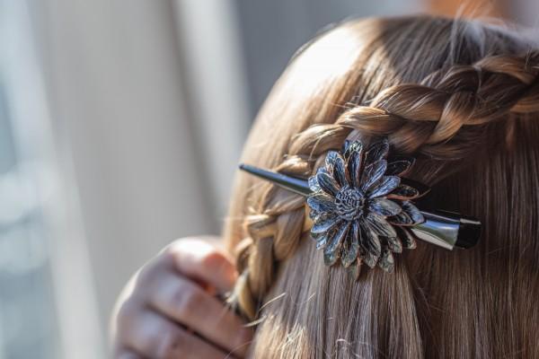 Haarklammer 'Blume', aus Leder, schwarz