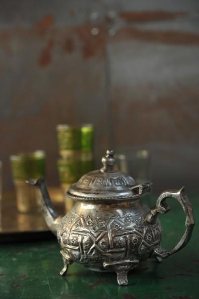 Alte Teekanne (klein) mit Füßen, silber, H 13 cm