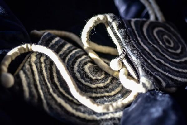 Filz-Tasche mit Riemen, weiß, grau, schwarz, T 23 cm, B 20 cm