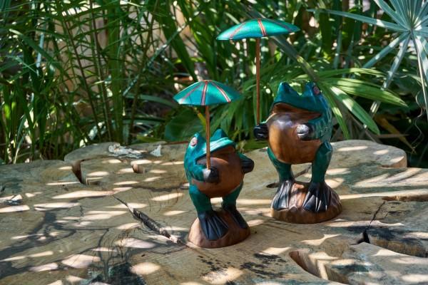 Handgeschnitzter Holzfrosch mit Schirm, multicolor, T 10 cm, B 10 cm, H 18 cm