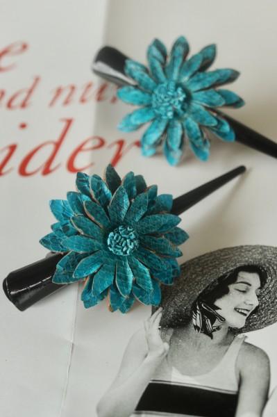 Haarklammer 'Blume', aus Leder, blau