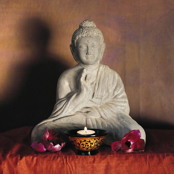 Sitzender Buddha, aus Ton, grau, L 15 cm, B 25 cm, H 29 cm