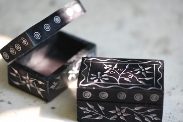 Speckstein-Dose 'Blume', aus Naturstein, schwarz, L 5 cm, B 7 cm, H 4 cm