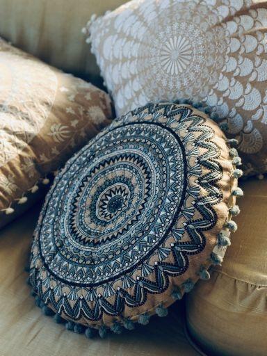 Sitzkissen Mandala 'Trikom' mit Pompon, beige, blau, Ø 40 cm, H 5 cm