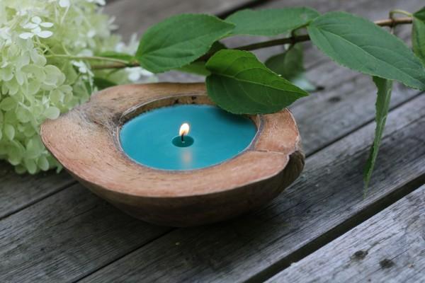 Duftkerze 'Island Spices', in Kokosnusshälfte, braun, blau, Ø 13-17 cm
