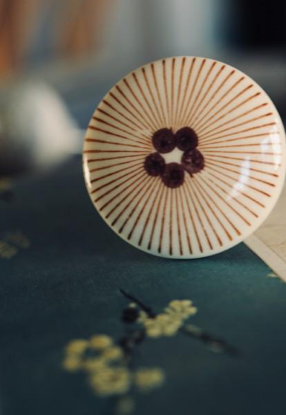 Knopf 'Punkte' mit Strahlen, weiß, braun, T 4 cm, B 4 cm, H 2,5 cm