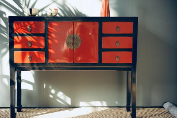 Anrichte, 2 Türen, 6 Schubladen, schwarz, rot, T 28 cm, B 100 cm, H 82 cm