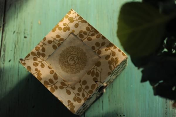 Lokta Box 'Om', gold, T 11 cm, B 11 cm, H 5,5 cm