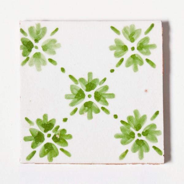 handglasierte Kachel 'feuille de trèfle', grün/weiß, L 10 cm, B 10 cm, H 1cm