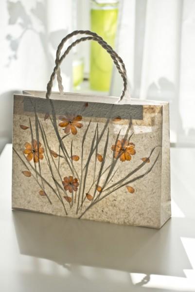 Geschenktasche aus handgeschöpftem Papier, mit echten Blüten, L 10 cm, B 40 cm, H 30 cm