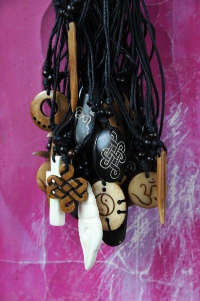 Knochenanhänger 10 designs, offwhite, brown,black, T 25 cm, B 3 cm